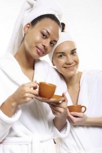 Two women in wellness salon dressed in white robes Dwie kobiety w salonie odnowy biologicznej ubrane w biale szlafroki